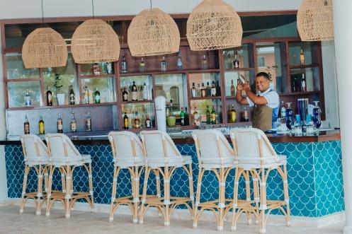 Bartender preparando bebida