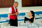 modelo y camarero ordenando